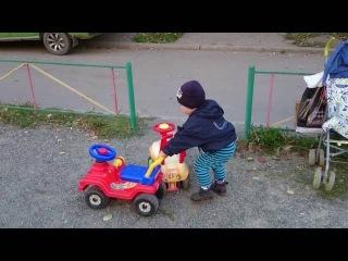 Baby boy Sasha Играет Гуляем Катаемся на Машинках Влог Видео Для Детей entertainment