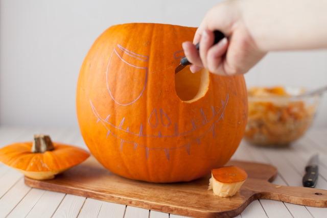 Как вырезать тыкву на Хэллоуин, как сделать Джек-фонарь на Хэллоуин, как обработать тыкву, Джек-фонарь своими руками, делаем светильник на Хэллоуин,
