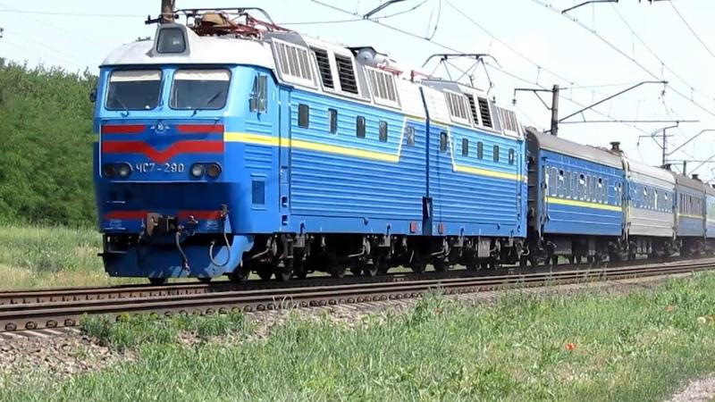 Электровоз ЧС7 290 с пассажирским поездом и приветливой локомотивной бригадой 08 06 2014