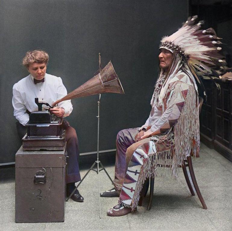 Этнограф Фрэнсис Дансмур производит фонографическую запись вождя черноногих Mountain Chief, 1916.