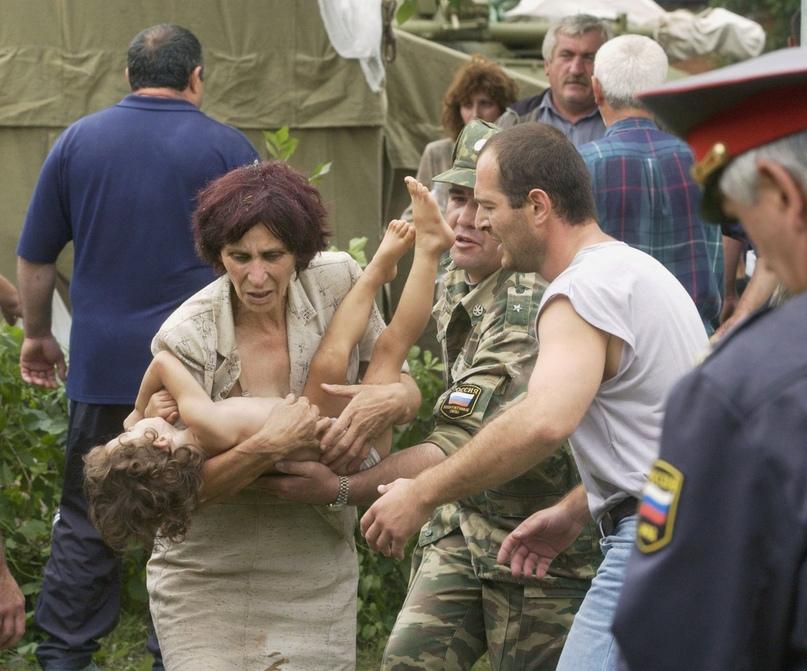 Спасение детей во время теракта в Беслане (Северная Осетия). Сентябрь 2004 года. Фото из открытого источника.