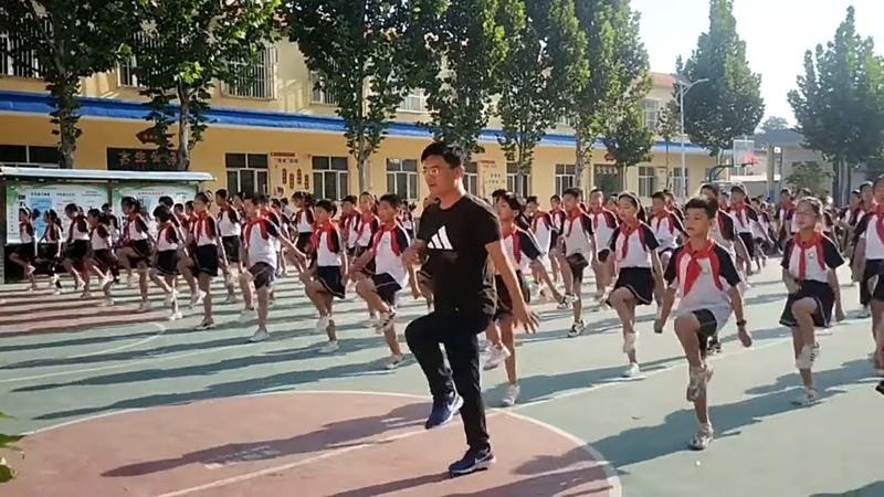 Xiguan primary school new school relocation the headmaster zhang ghost step dance with the children