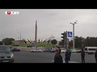 Люди собираются на проспекте Победителей днем 27 сентября