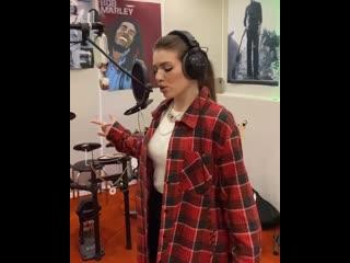 Люся Чеботина исполняет новую песню.