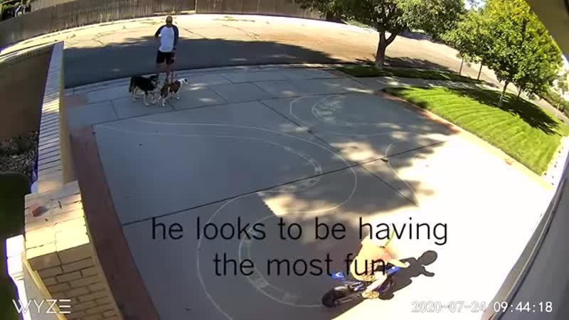 Как этот парень обращается с детьми играющими на его подъездной дорожке