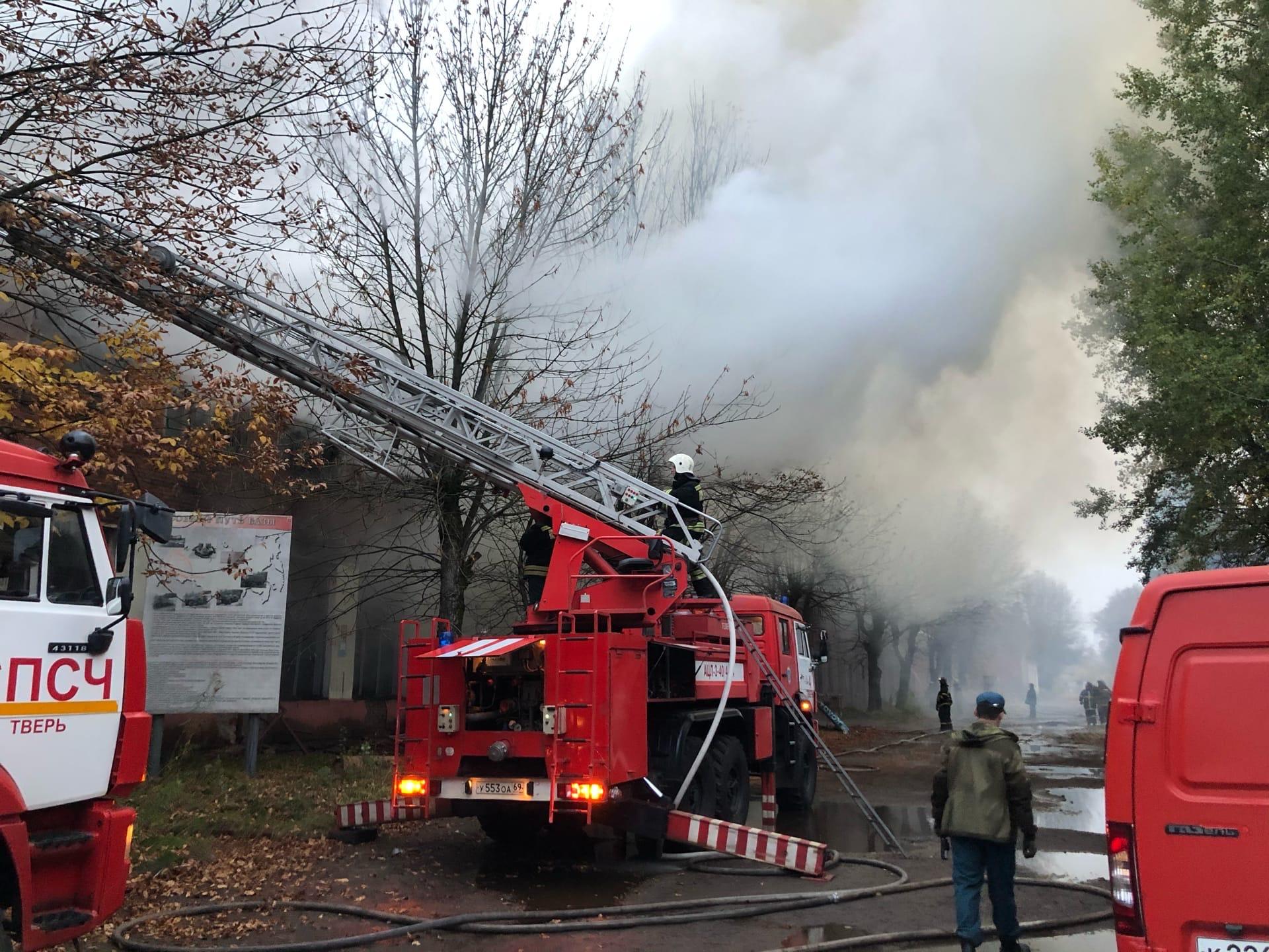 Сильнейший пожар охватил промышленные здания в Заволжском районе Твери