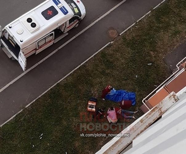 22-летняя мать двоих детей погибла, выпав с 8-го этажа в Магнитогорске С восьмого этажа дома по улице Зеленый лог, 15 накануне около 7 часов утра выпала 22-летняя Полякова. В злополучном доме