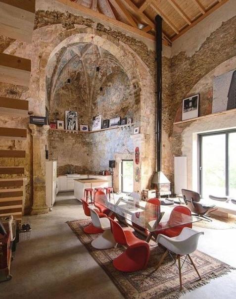 Дизайнер превратил старую церковь в жилой дом: Кухня в алтаре и спальня - на колокольне