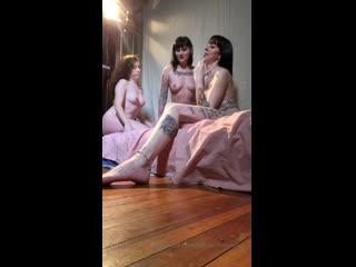 Три татуированных сучек снимаются в эротической фото сессии в перископе+18