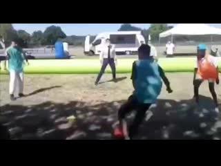 Эммануэль Макрон решил поиграть в футбол