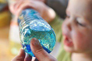 ОКЕАН В БУТЫЛКЕ Старое доброе развлечение, так интригующее малышей. Процесс создания «океана в бутылке» понравится малышу не меньше.Понадобится прозрачная пластиковая бутылка, на 1/3 наполненная