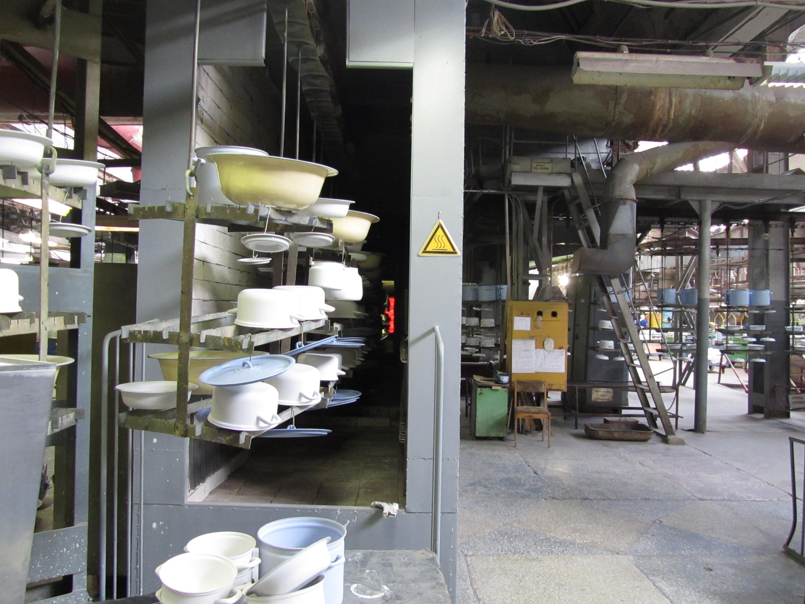 в цеху посудочно-эмалированного завода в Лысьве