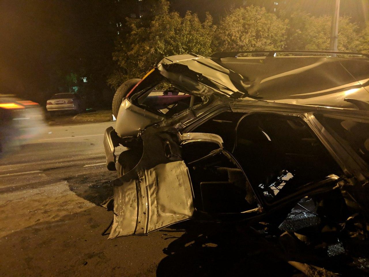 Авария вОмске: иномарку отудара встолб разорвало надве части