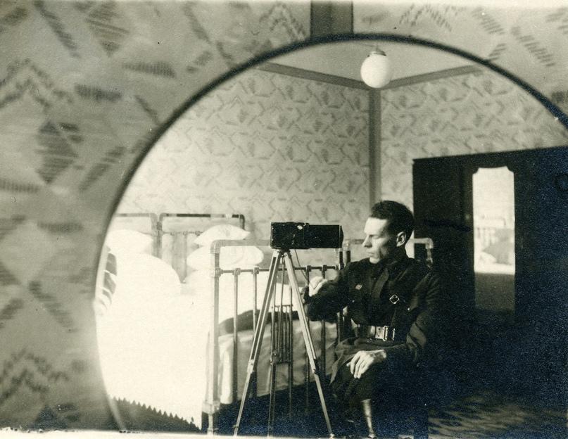 Б.А.Маслов в своей квартире в Брестской крепости. Апрель 1941 года