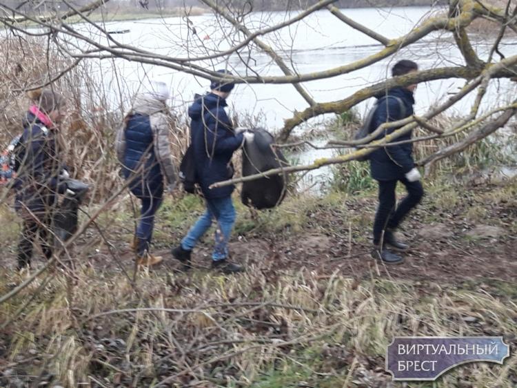 В субботу состоялась уборка территории, прилегающей к реке Мухавец (там, где экотропа)