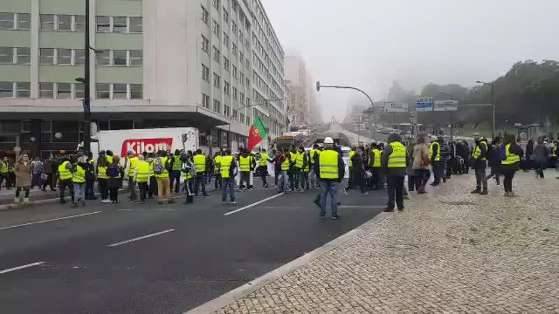 Portugal les giletsjaunes réussissent à bloquer le rond-point du Marqués de Pombal à Lisbonne, la cl.mp4