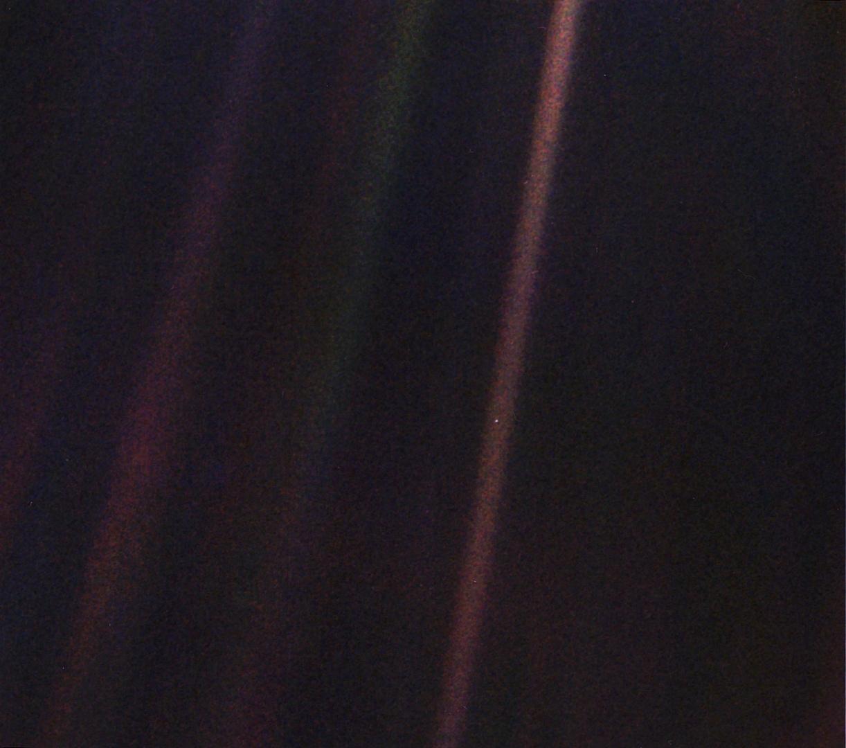 Крошечная точка посередине коричневатой полосы справа — Земля с расстояния 6 миллиардов километров
