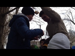 Савр и Баатр кушают лимоооон