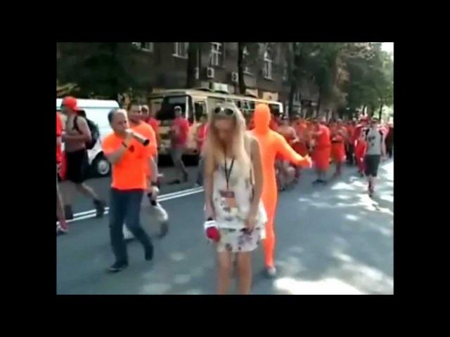 Oekraïense journalist doet verslag van Oranje fans in Charkov EURO UEFA 2012 HD