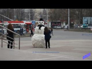 Злой cнеговик, пранк Нальчик))) Пугающий и в тоже время радующий людей снеговик) Место съёмки - Галерея)