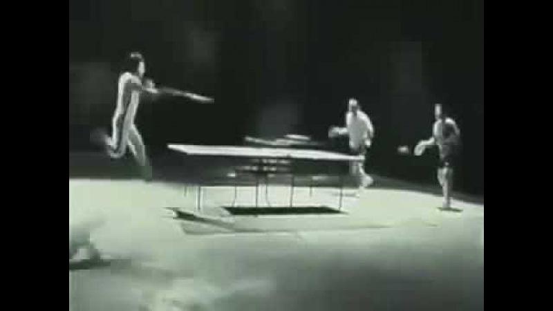 Брюс Ли играет в пинг понг нунчаками