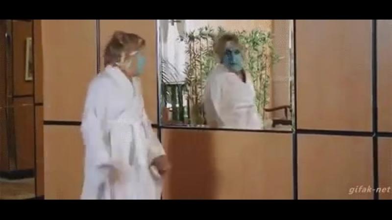 Гифка испугалась сама себя в зеркале
