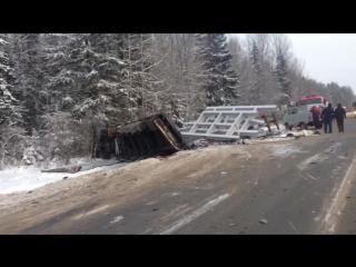 авария перед Шексной Вологодской , две машины завалило фурой с металлоконструкциями и чуть дальше кроссовер утащил в кювет лесов