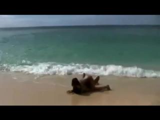 три девахи на нудистском пляже развлекаются лаская друг друга