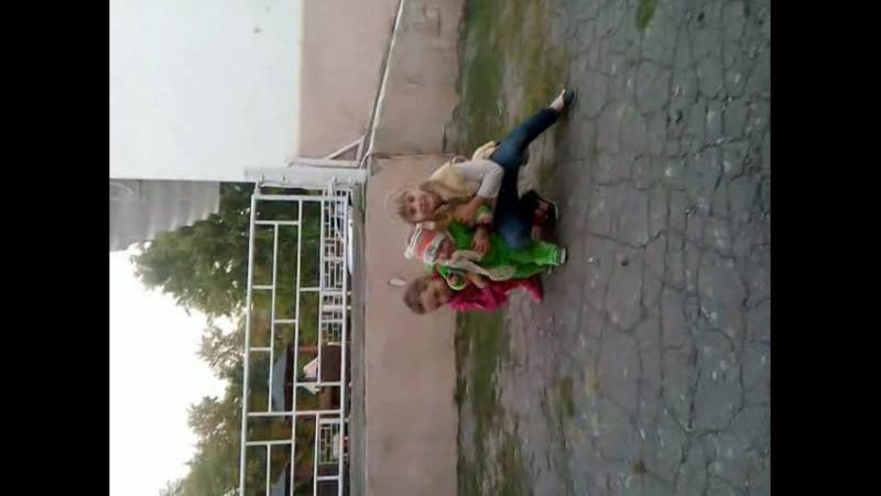моя Любимка и ее подружка играют с Матвейкой