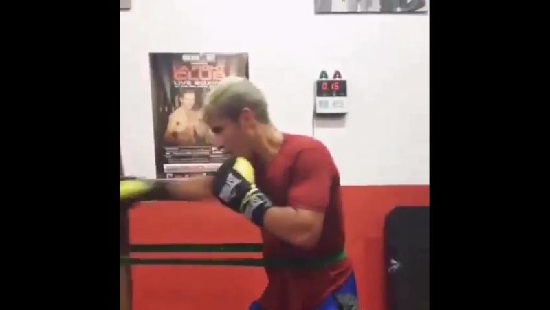Работа на боксёрском мешке с резиновой петлёй