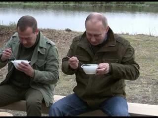 Путина и Медведева угостили  ухой