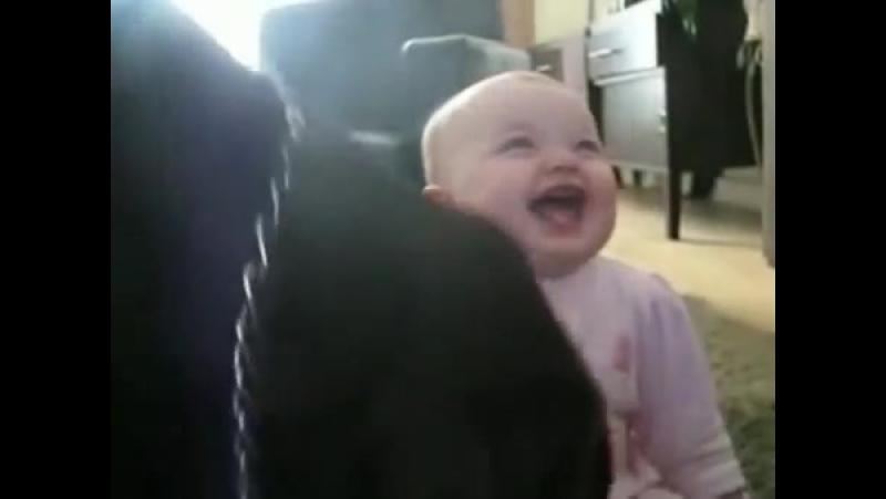 Ребенок смешно смеется