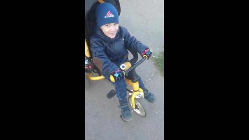 Саидик катается на велосипеде