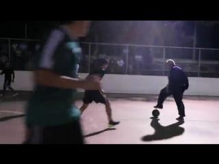 Загримированный чемпион мира стебет молодежь