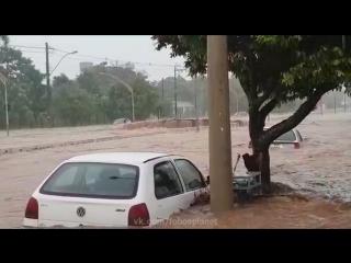 Мощный ливневый паводок в бразильском городе Биригуи (штат Сан-Паулу, )