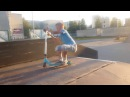 Трюки на самокате в скейт парке