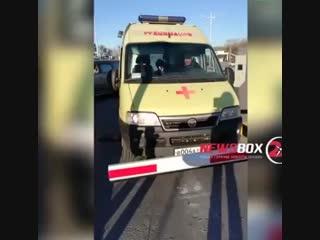 Охранник парковки ТЦ во Владивостоке заблокировал выезд скорой, приезжавшей по вызову. Он