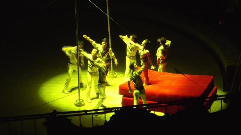 Акробаты на качелях и турнике КНДР
