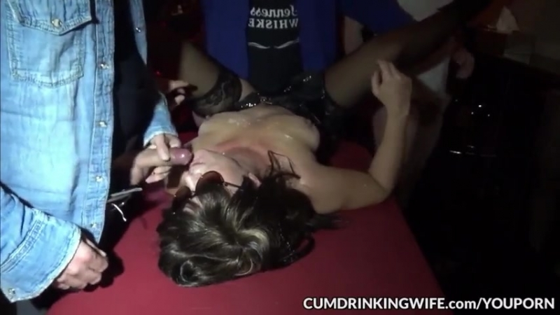 Трахаютют толпой грязную шлюху gangbang wife milf swingers mom compilation orgy