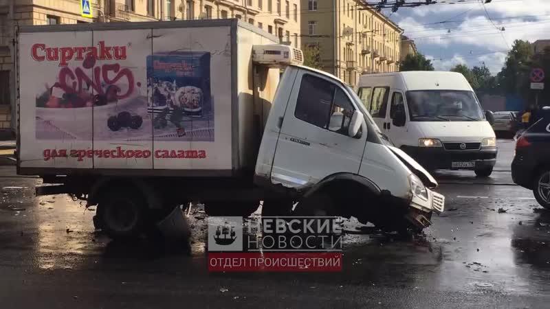 На перекрестке Новочеркасского и Стахановцев ГАЗель и Mazda RX-8 «размозжили» друг друга