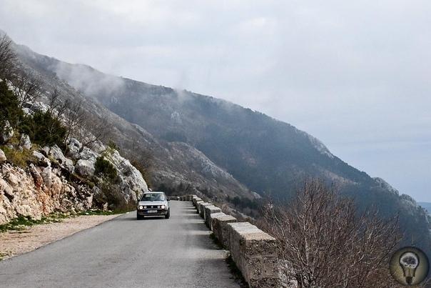 ЧЕРНОГОРИЯ. КОТОР Но по пути через горный массив Ловчен нужно обязательно сделать одну остановку. Дело в том, что на дороге, соединяющей Цетине и Котор, стоит древнее село Негуши. Помимо того,