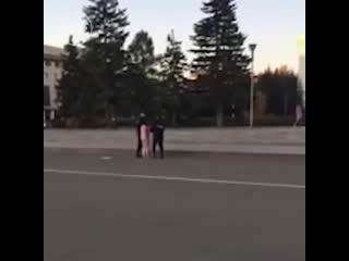 По Барнаулу сегодня утром бегала голая женщина, пела и плясала