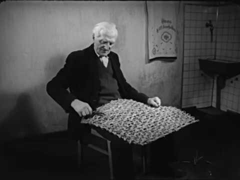 Weben einer Matte aus geflochtenen Binsen Weaving a Mat out of Plaited Rushes (1962)