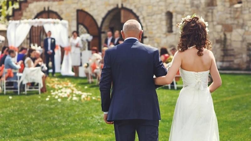 Мужчина платит за свадьбу падчерицы, а потом невеста раскрывает то, что разбивает его сердце.