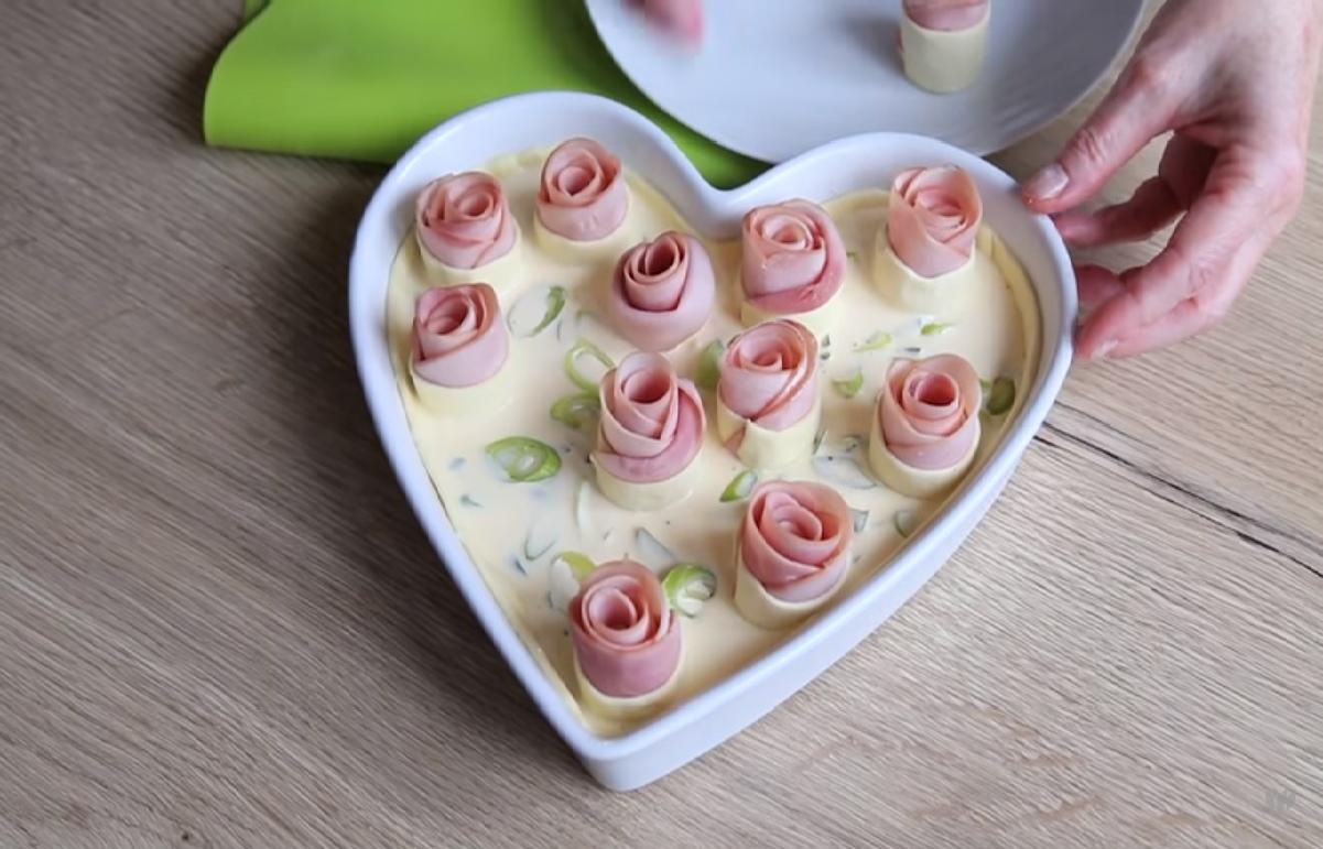 Красивый и вкусный заливной пирог с розами из ветчины: готовим легко и быстро!