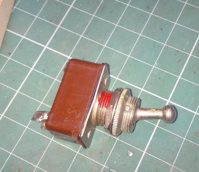 Выключатель старого образца — начала 50х годов, очень надежный и удобный, именно его я поставил на место отжившего пластмассового.