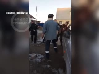 Мать и сын сопротивляются при задержании полицией. Каменск-Уральский