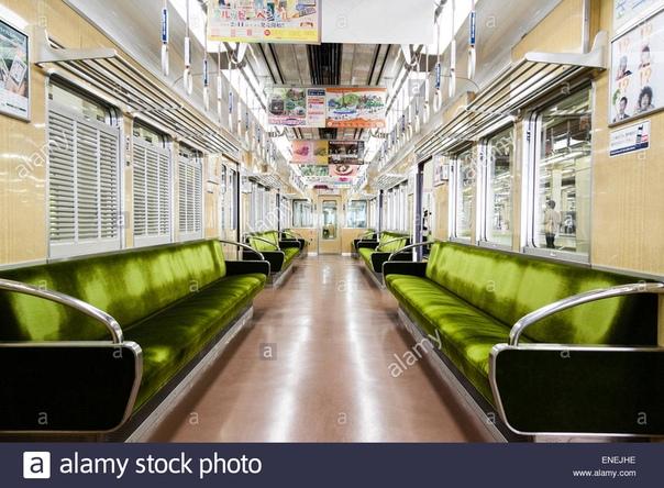Внутри вагона поезда железной дороги Ханкю