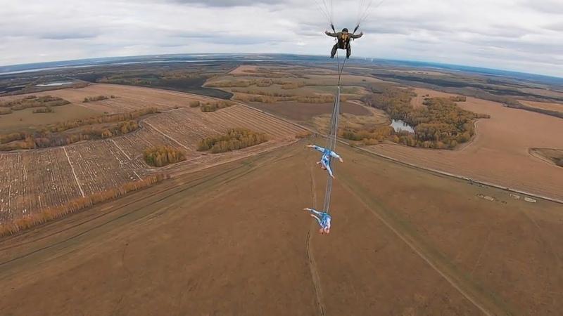 Небо - не предел. Две воздушные гимнастки из России исполнили трюки на параплане