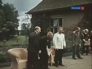 Сталин - это когда президент сша стоит по стойке смирно и ждёт, пока ему разрешат присесть
